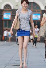 街拍的牛仔短裙白皙长