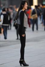 街拍的黑色紧身长裤高