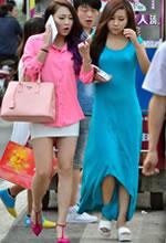 街拍的两个好身材时尚