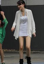 街拍的银色紧身短裙好