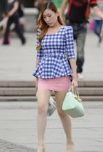 街拍的粉色包臀裙白丝