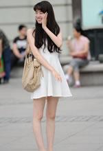 街拍的白色连衣裙细腿