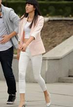 街拍的白色长裤露脐背
