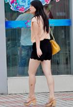 街拍的宽松短裤白皙肌