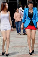 街拍的两个时尚清凉美