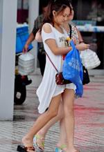白裙子美女走在街上非