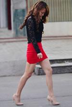 街拍的红色紧身短裙裸