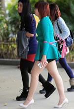街拍包臀短裙白皙双腿