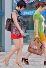 街拍豹纹上衣搭配红色