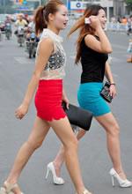 街拍的两个紧身短裙高