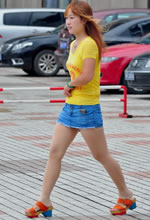 街拍的牛仔裤裙金发肉