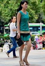 街拍的绿色短裙气质都