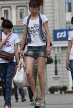 街拍的牛仔短裤裙长细