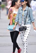 街拍的两个穿着时尚苗