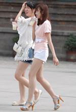 街拍的白色短裤长腿清