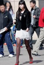 白连衣裙黑西服棕丝红