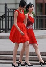 街拍的大红连衣裙高挑