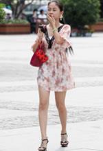 街拍的印花短裙马尾辫