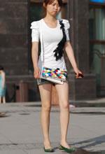 街拍的牛仔短裤白皙肌