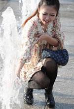 广场上玩水的花短裙黑