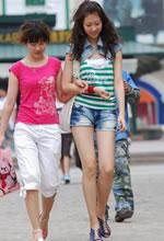 街拍的牛仔热裤长腿高