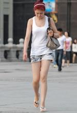 街拍的牛仔短裤镂空背