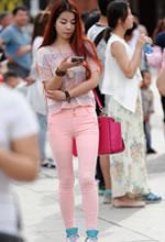 街拍的粉色紧身裤红发