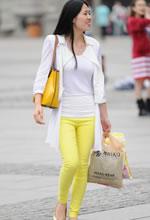 街拍的黄色紧身长裤清