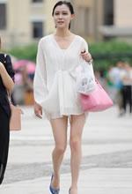 街拍的薄透超短外衫白