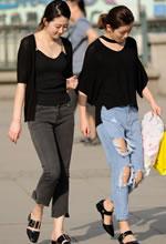 街拍的两个黑衫牛仔裤