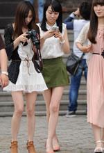 街拍的两个短裙长细腿