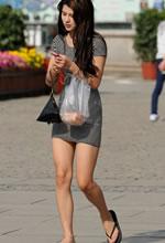 街拍的紧身短裙白嫩美