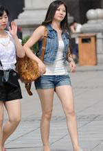 街拍的牛仔热裤披肩长