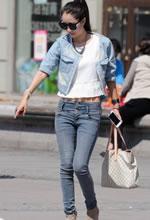 街拍的低腰牛仔裤墨镜
