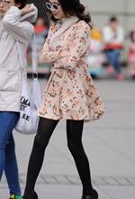 街拍的花色连衣裙黑丝