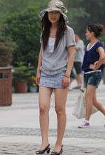 公园抓拍包臀短裙美腿