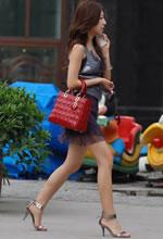 街拍的紫纱短裙吊带美