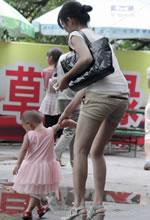 儿童游乐园抓拍的白皙