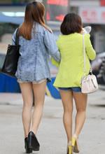 街拍的两个牛仔热裤白