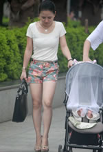 街拍的花色短裤白腿美