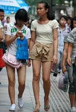 街拍的宽松短裤马尾辫