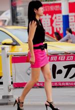 街拍的粉红短裙裸腿细