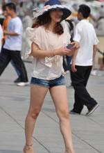 五四广场街拍的热裤美