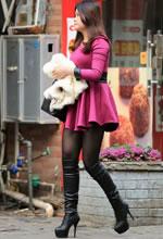 街拍的粉短裙长筒靴黑