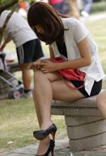 石凳上玩手机的白嫩美