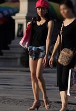 街拍的黑色背心热裤美
