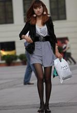 街拍的竖纹连衣裙黑丝