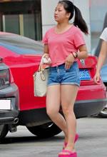 街拍的粉色T恤牛仔短