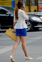 街拍过马路的包臀短裙