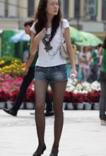 街拍的牛仔热裤修长黑